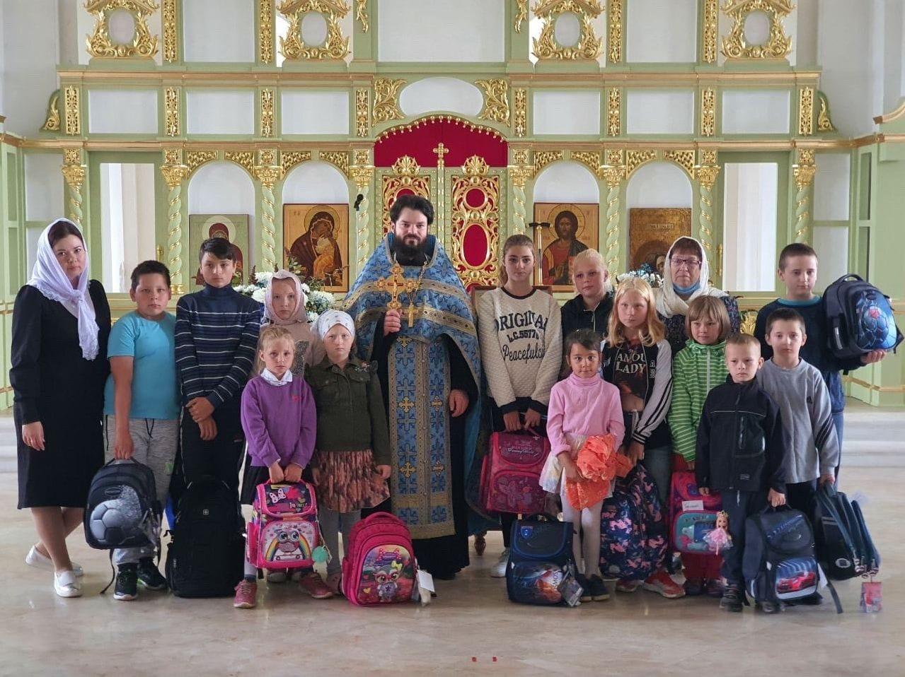 На монастырском подворье провели благотворительную акцию «Вместе в школу»